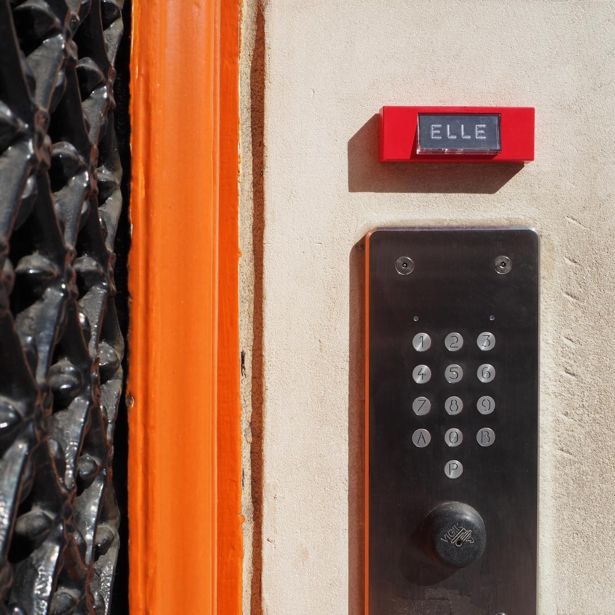 A charming neighbor « Elle » – Paris 8ème arrondissement – 2015 – Le Sonneur