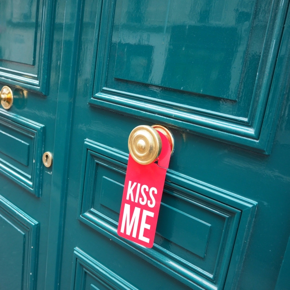Door hanger « Kiss me » – Paris – 2016 – Le Sonneur