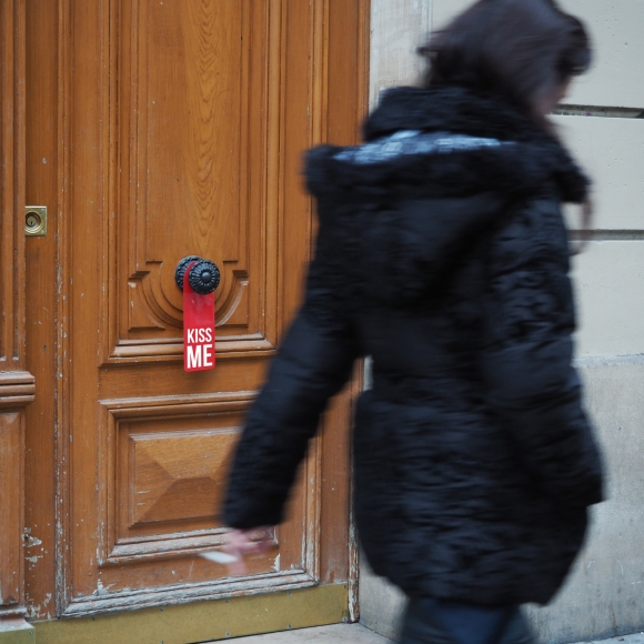 Door hanger « Kiss me » – Paris – 2016 – Le Sonneur
