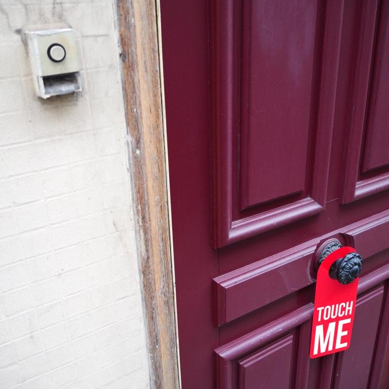 Door hanger « Touch me » – Paris – 2016 – Le Sonneur