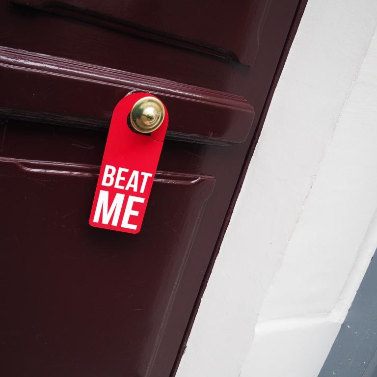 Door hanger « Beat me » – Paris – 2016 – Le Sonneur