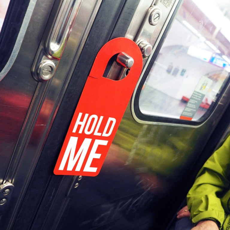 Door hanger « Hold me » – Paris – 2016 – Le Sonneur