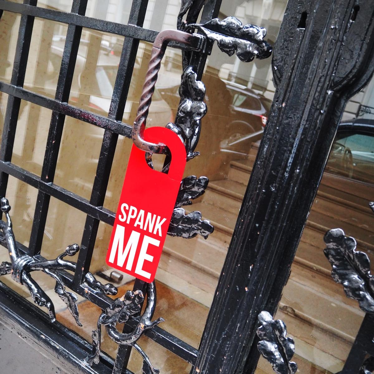Door hanger « Spank me » – Los Angeles – 2016 – Le Sonneur