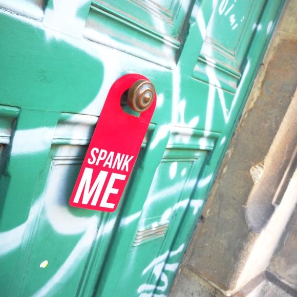 Door hanger « Spank me » – Paris – 2016 – Le Sonneur