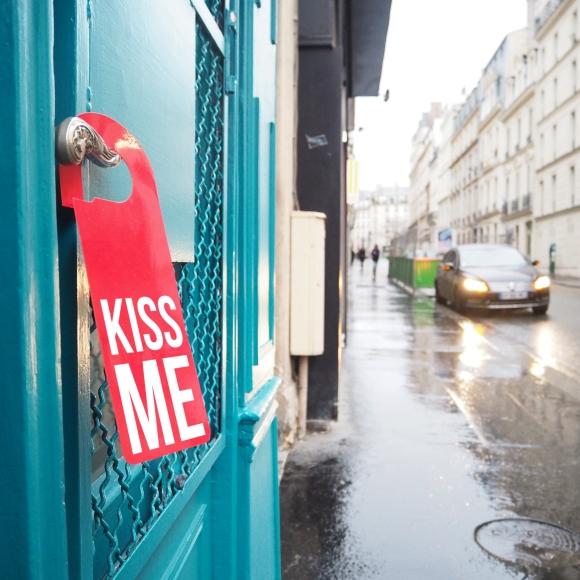 Door hanger « Kiss me » – Paris – 2017 – Le Sonneur