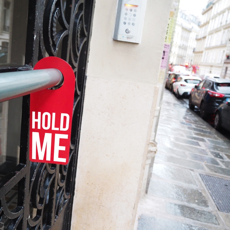 Door hanger « Hold me » – Paris – 2017 – Le Sonneur