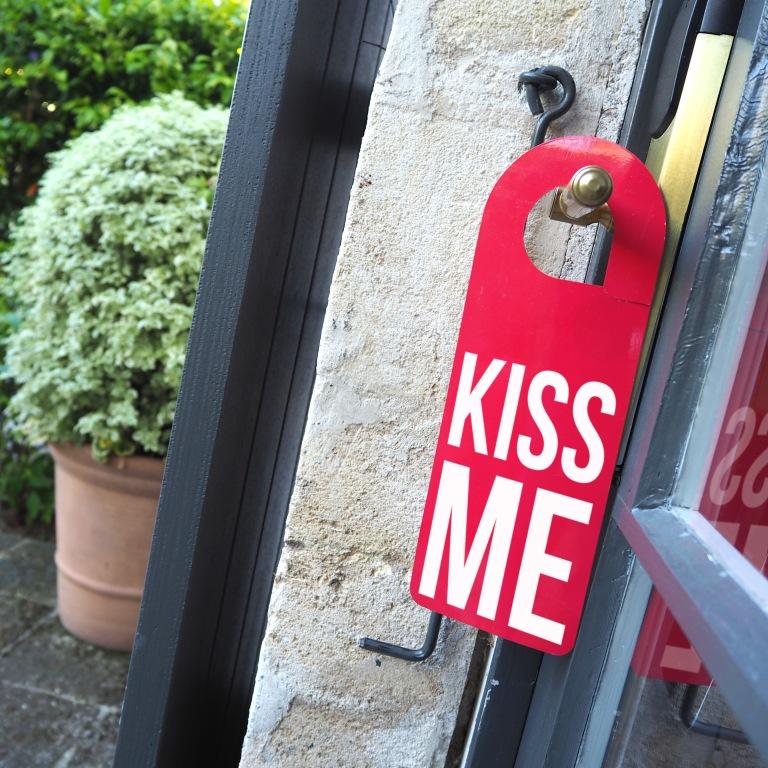 Door hanger « Kiss Me » – Baumanière Les Baux de Provence – 2017 – Le Sonneur