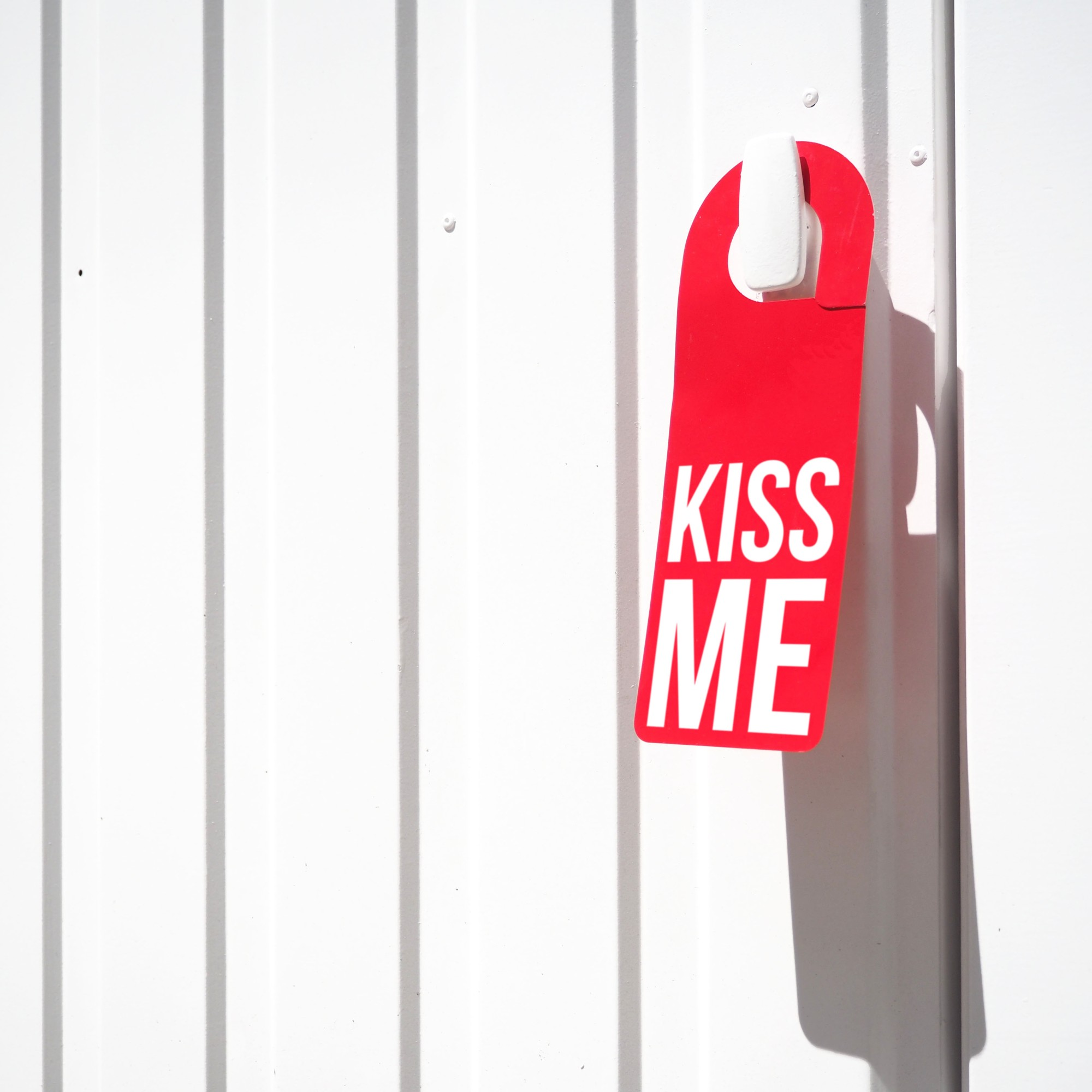 Door hanger « Kiss me » – Paris – 2017 – Le Sonneur