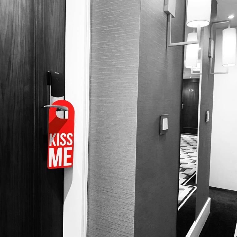 « Kiss Me » Door Hanger – Le Sonneur – Lisbon – 2019
